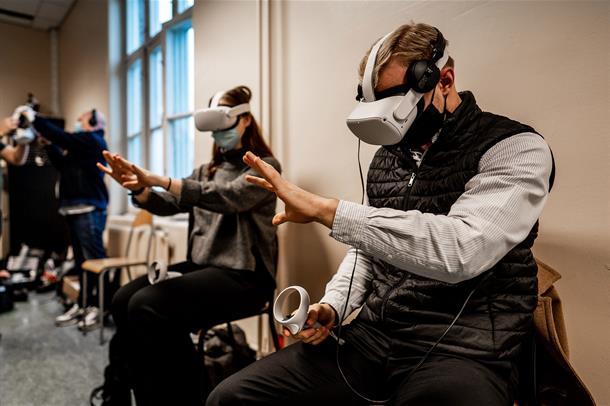 Helsepersonell ved SSE tester VR-filmer.