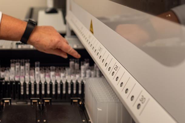Prøver settes i analysemaskin