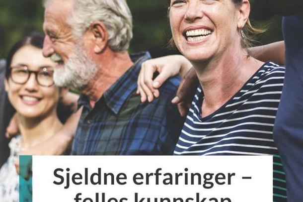 Fra forsiden av hefte om brukermedvirkning på sjeldenfeltet, smilende menensker som holder i hverandre mens de går