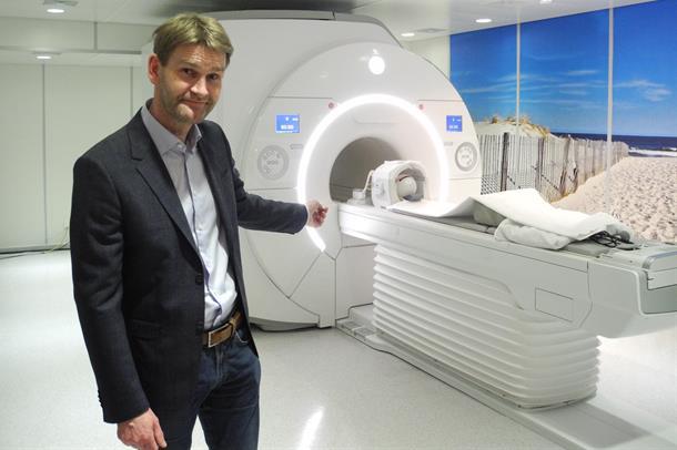 foto av Terje Nærland og en MR-maskin