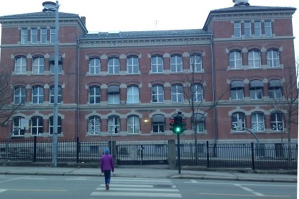 elev foran skole, foto