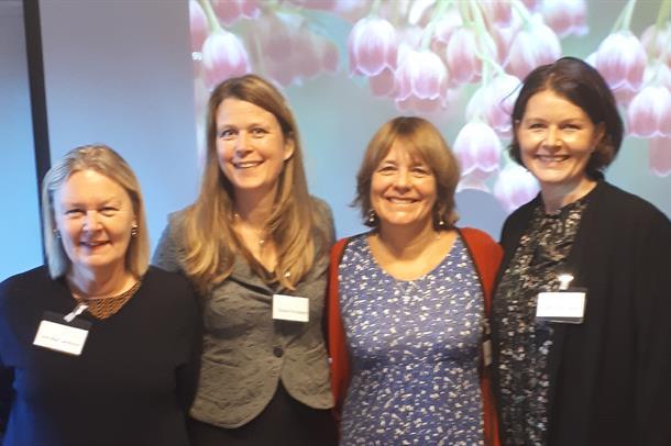 Anne-Marie Landtblom, Stine Knudsen og Isabel Arnulf sammen med NevSoms leder Cathrine Monrad Hagen. Foto: NevSom