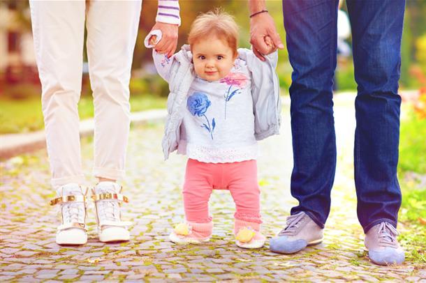 lite barn som forsøker å gå