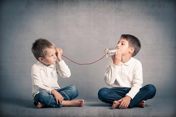 to gutter med blikkbokstelefon, foto