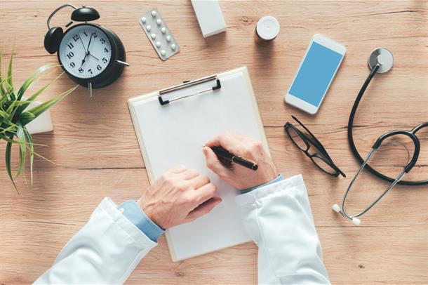 bilde av hender som skriver, piller, stetoskop og klokke