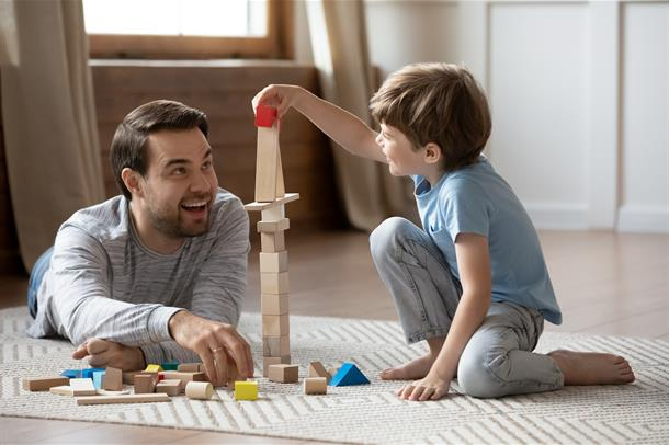 voksen mann liten gutt leker, foto