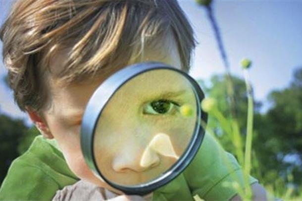 bilde av gutt med forstørrelsesglass