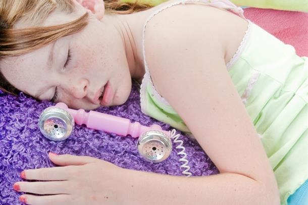 foto av jente som sover med telefon