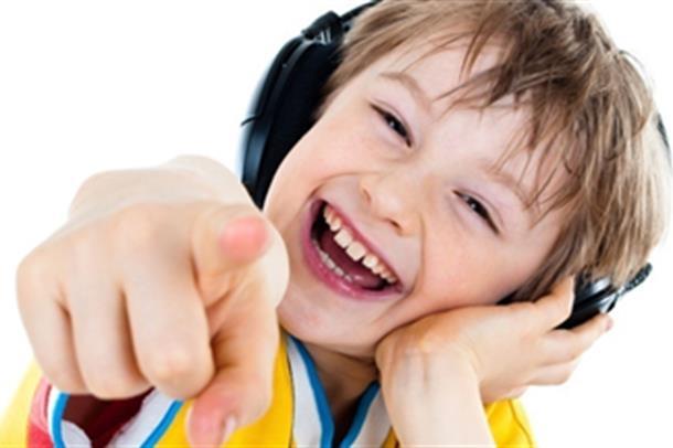 Gutt med høreklokker