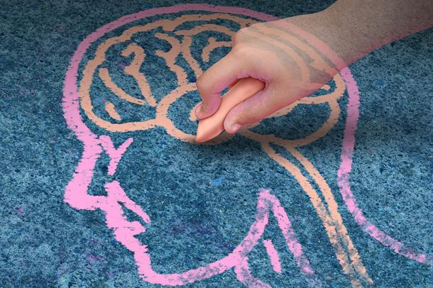 tegner en hjerne med kritt på asfalt