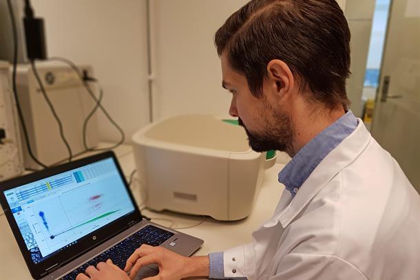 Bilde av forsker foran en dataskjerm