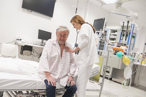 Bilde av sykepleier som undersøker eldre pasient