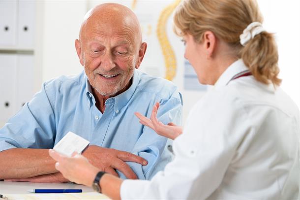 Illustrasjonsfoto av en eldre pasient med en lege.